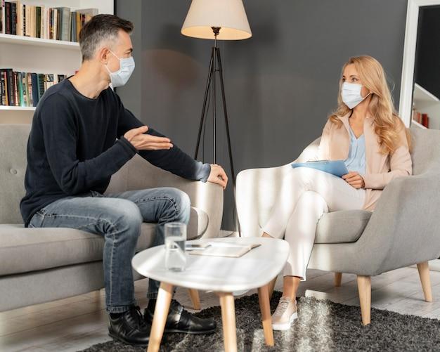 Homem com máscara conversando com conselheiro