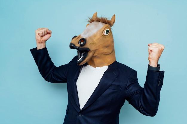 Homem com máscara de cavalo feliz