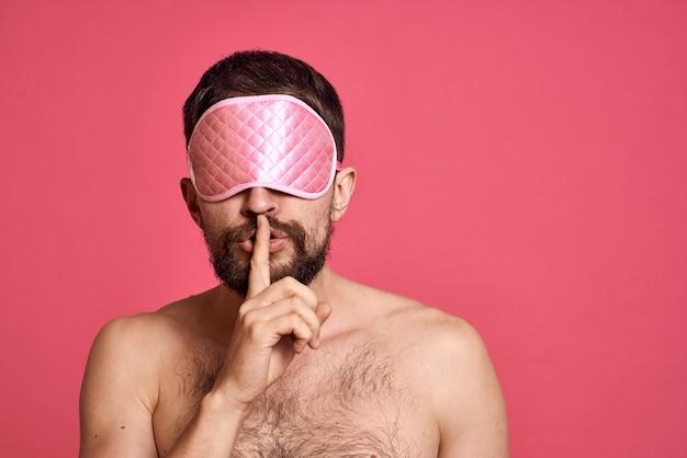 Homem com máscara de dormir no rosto
