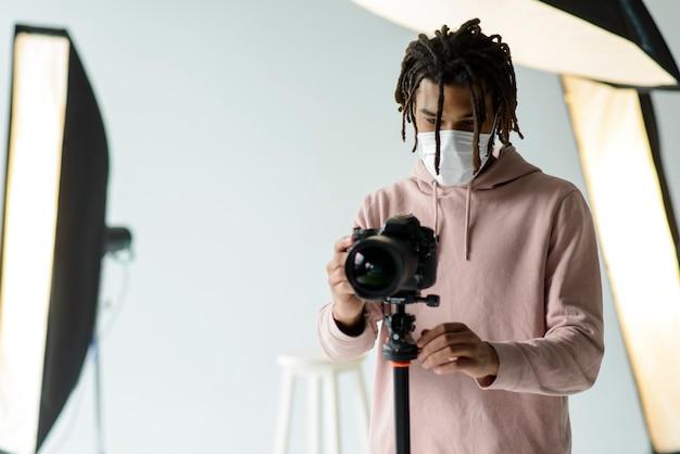 Homem com máscara de tirar fotos