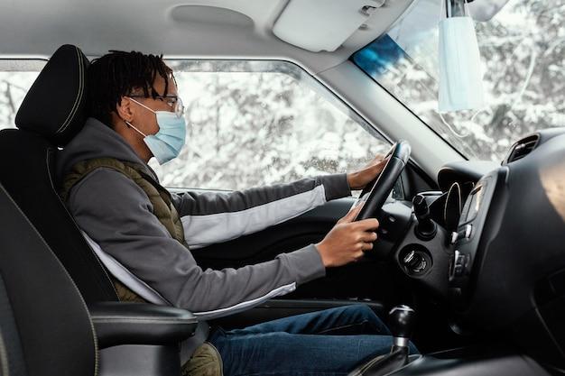 Homem com máscara dirigindo