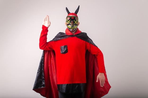 Homem com máscara e fantasia de halloween posando