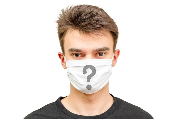 Homem com máscara e muitas perguntas.