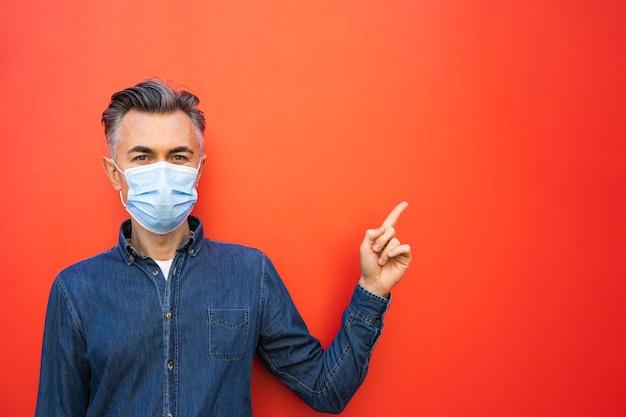 Homem com máscara facial e conceito de distância social