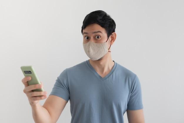 Homem com máscara fica feliz com promoção no aplicativo para smartphone