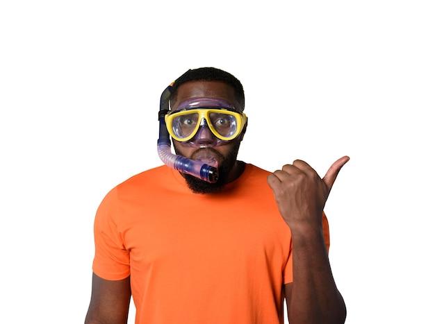 Homem com máscara pronto para nadar debaixo d'água
