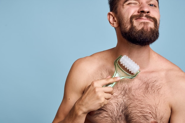 Homem com massageador corporal
