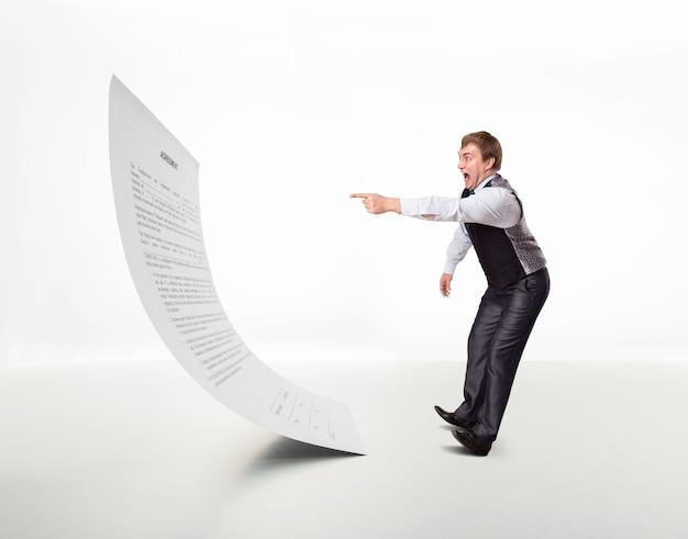 Homem com medo aponta para o documento