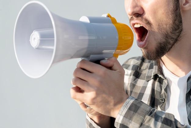 Homem com megafone gritando