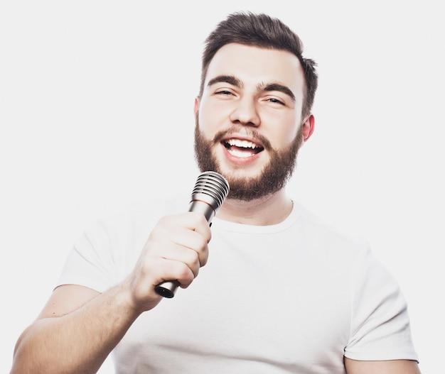 Homem com microfone