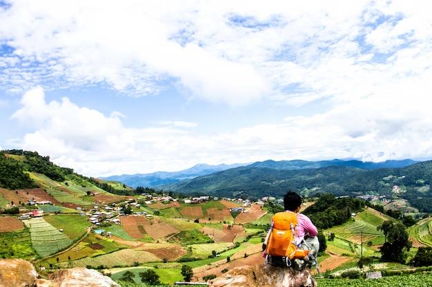 Homem com mochila caminhadas nas montanhas viagens lifestyle na zona rural do norte, tailândia