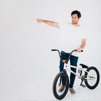 Homem com moto bmx apontando