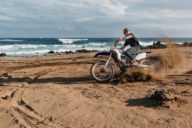 Homem com motocicleta no havaí