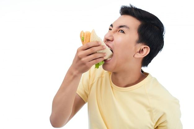 Homem com muita fome