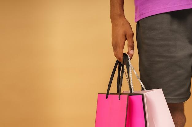 Homem com muitas sacolas de compras na mão