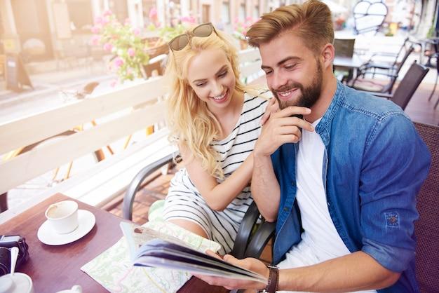 Homem com namorada planejando a viagem