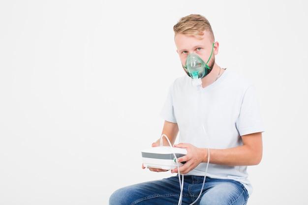 Homem com nebulizador para asma