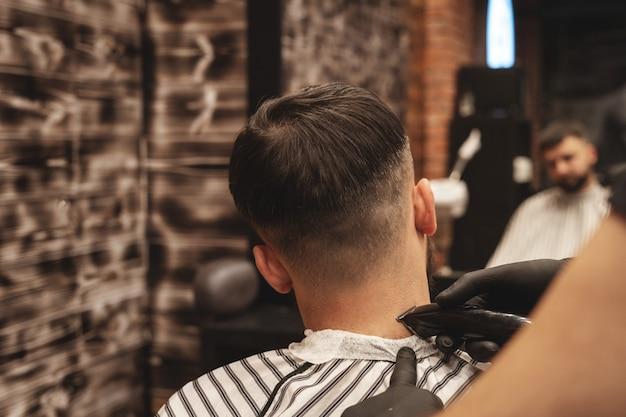 Homem com o cabelo cortado