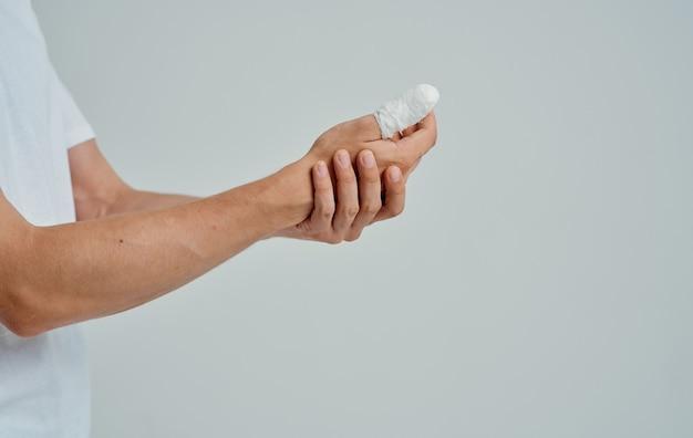 Homem com o polegar quebrado paciente de medicina de problemas de saúde. foto de alta qualidade
