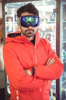 Homem com óculos de esqui