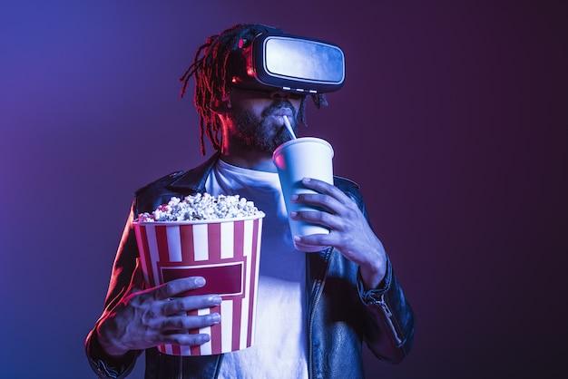 Homem com óculos de realidade virtual brincando com um videogame virtual