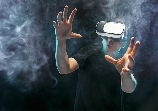 Homem com óculos de realidade virtual