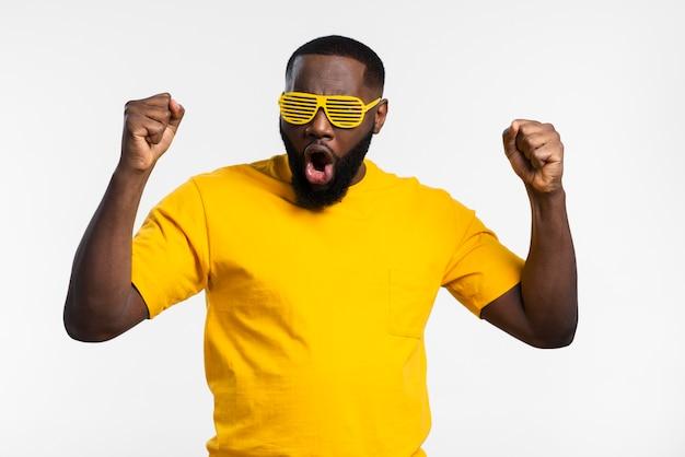 Homem com óculos de sol comemorando