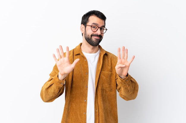 Homem com óculos e camisa amarela