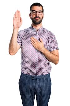 Homem com óculos fazendo um juramento