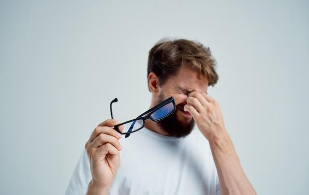 Homem com óculos, problemas de visão, estúdio de miopia