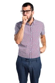 Homem com óculos tossindo muito