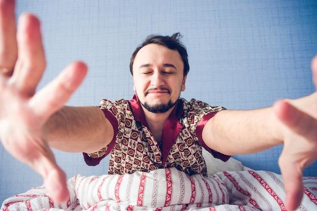 Homem, com, olhos fecharam, mãos, puxando, câmera