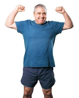 Homem com os braços levantados