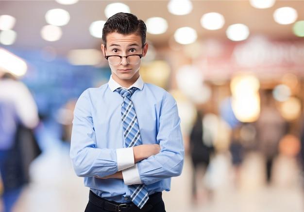 Homem com os óculos em seu ruído