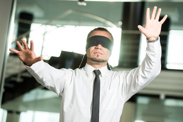 Homem com os olhos fechados que procuram um trabalho.