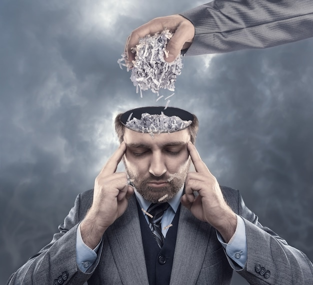 Homem com papel no cérebro