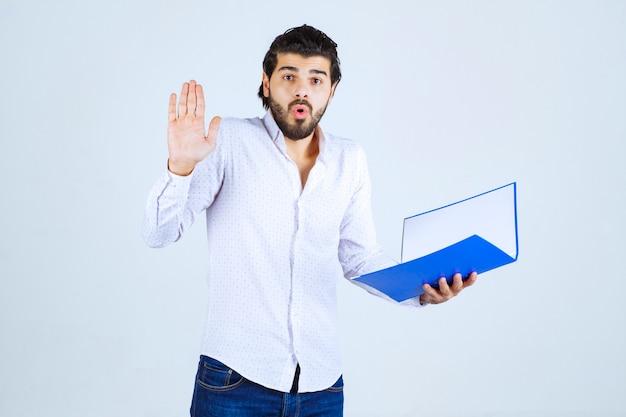 Homem com pasta azul parece confuso ou apavorado