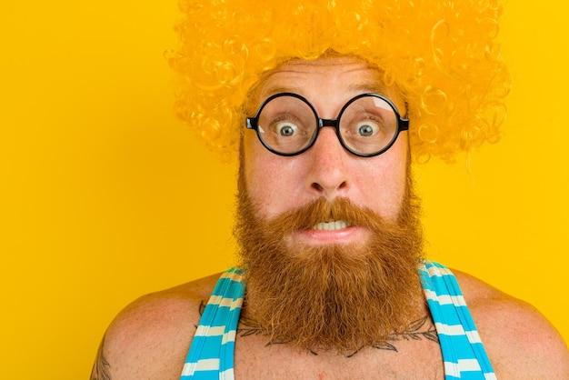 Homem com peruca amarela e óculos