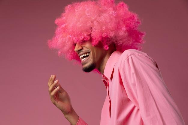 Homem com peruca rosa e tiro médio