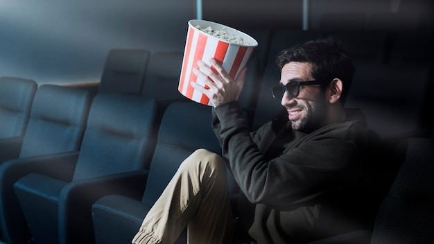 Homem, com, pipoca, em, cinema