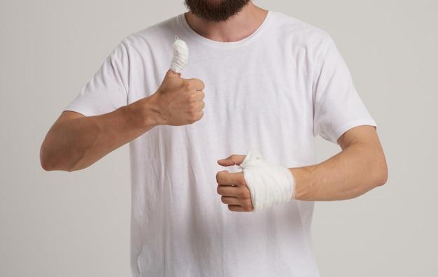 Homem com polegar e pulso quebrados