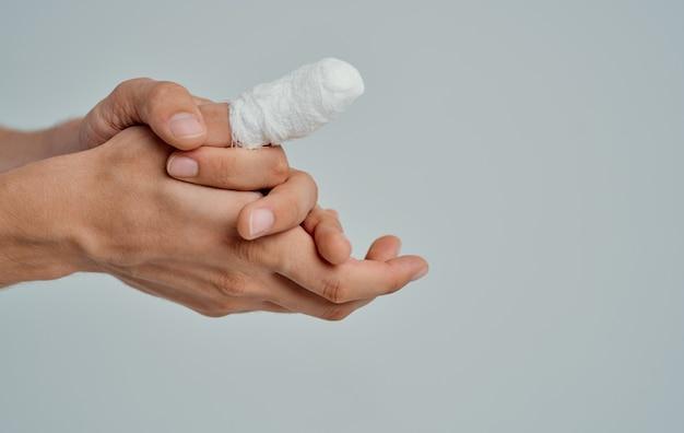 Homem com polegar quebrado