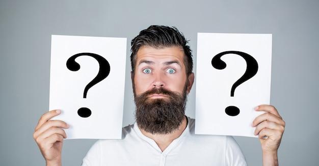 Homem com ponto de interrogação. pontos de interrogação de notas de papel