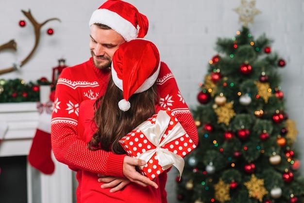 Homem, com, presente, abraçando, mulher