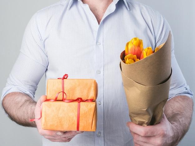 Homem, com, presentes, e, flores