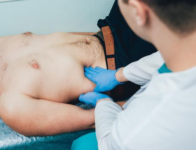 Homem com problemas de saúde, visitando o urologista. clínica