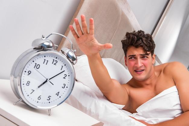 Homem com problemas para acordar de manhã