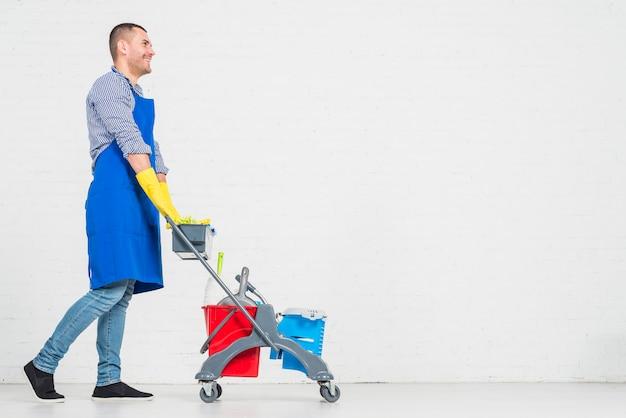 Homem, com, produtos limpando
