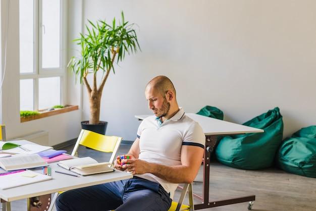 Homem com quebra-cabeça durante estudos