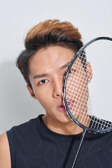 Homem com raquete de badminton, retrato